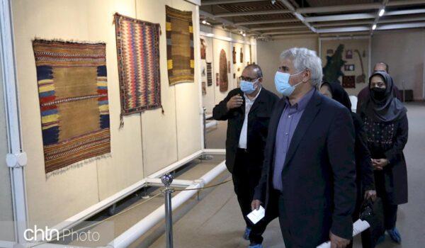 محمدحسن طالبیان معاون میراثفرهنگی در مراسم رونمایی و نمایشگاه دستبافتههای عشایری اهدایی پرویز تناولی