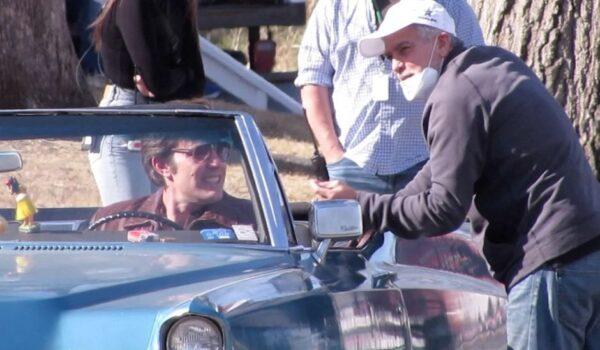 """Exclusif - George Clooney dirige Ben Affleck sur le tournage du film """"The Tender Bar"""" ‡ Boston, le 23 mars 2021. A un moment donnÈ, le rÈalisateur George Clooney a regardÈ sous le capot de la voiture utilisÈe tandis que Ben Affleck discutait avec sa partenaire de jeu, Lily Rabe."""